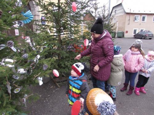 Zdobení stromku na náměstí